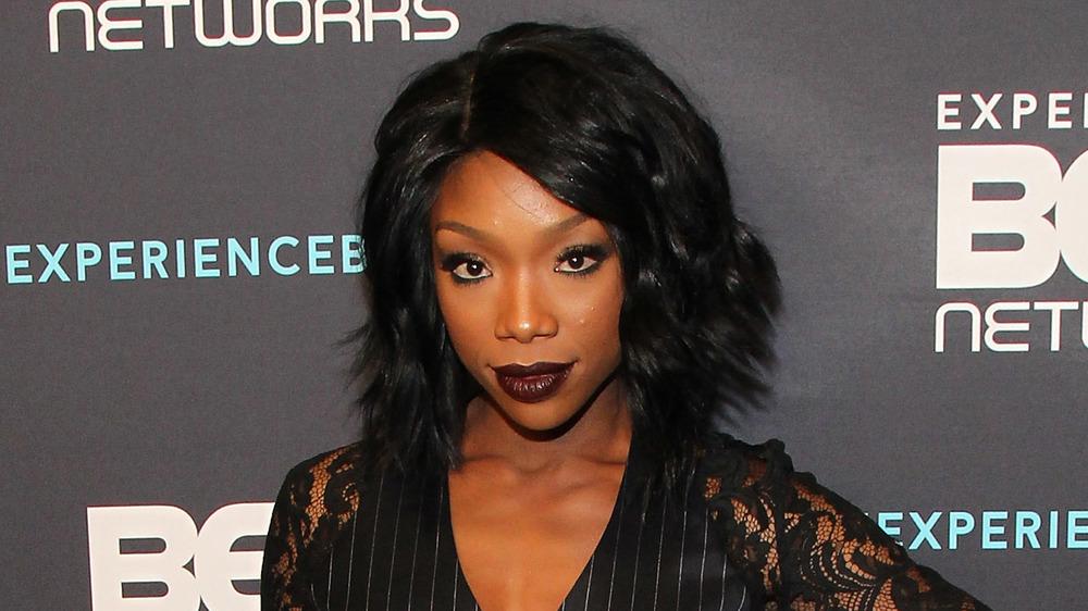 Brandy posant dans tout noir