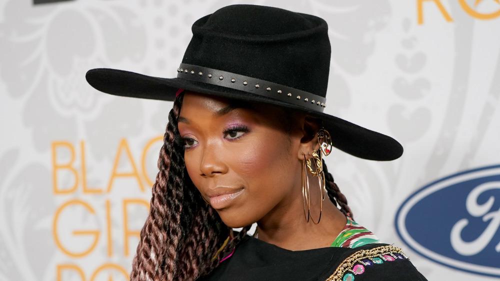 Brandy posant dans un grand chapeau
