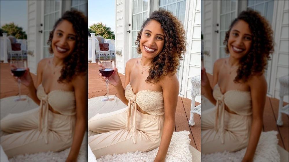 Ryan Claytor posant avec un verre de vin sur Instagram