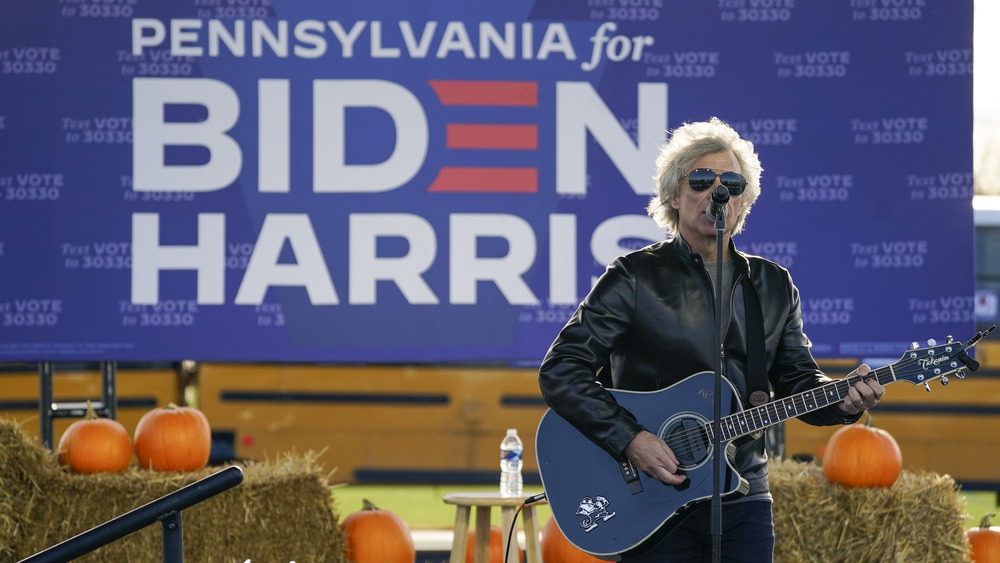 Jon Bon Jovi se produit lors d'un rassemblement de campagne Joe Biden