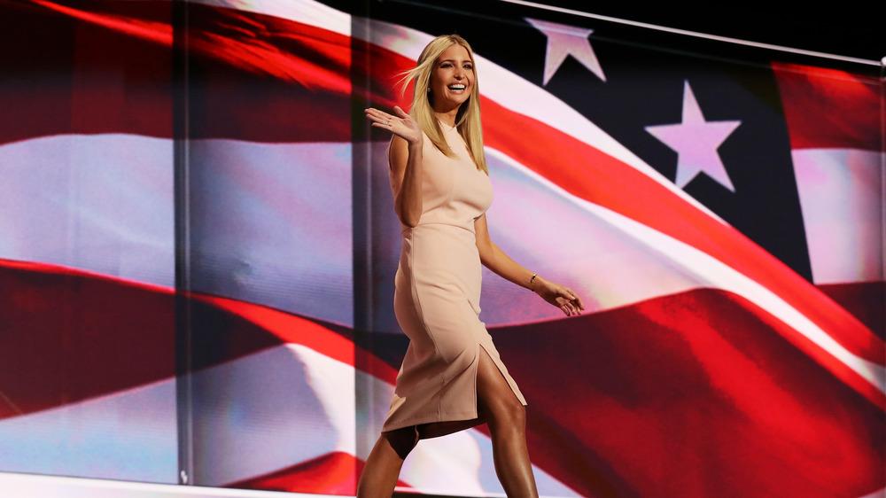 Ivanka Trump marche sur scène devant le drapeau américain