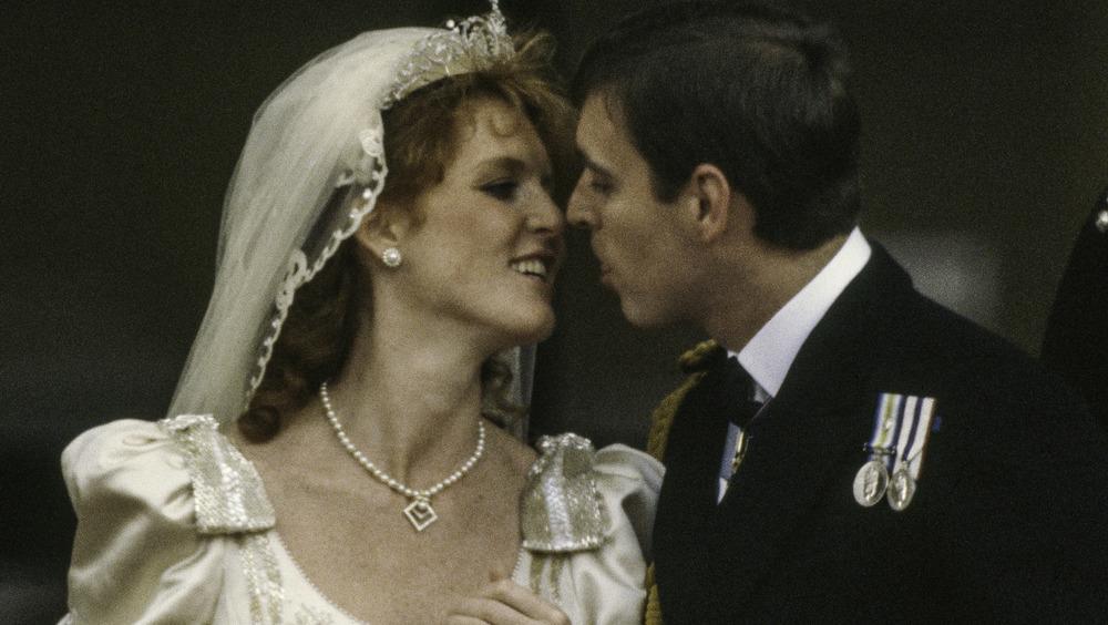 Sarah Ferguson et le prince Andrew souriant le jour de leur mariage
