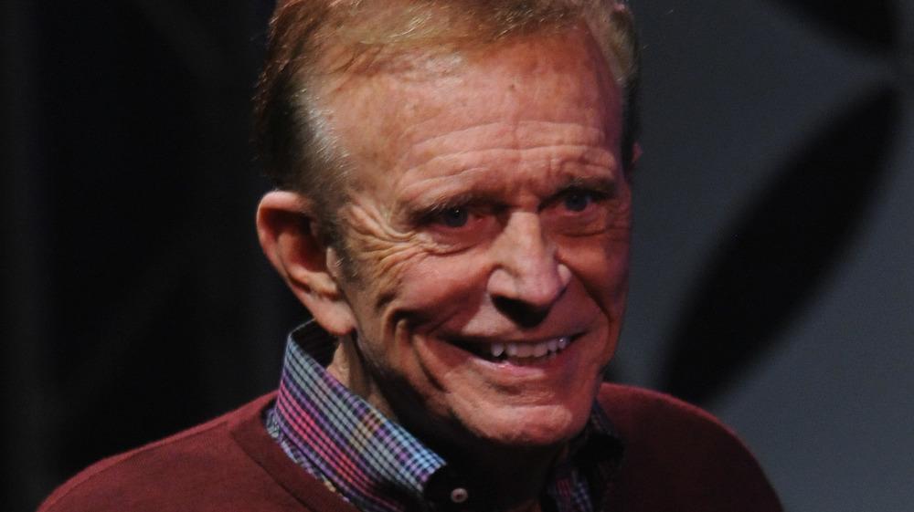 Bob Eubanks sur scène, souriant