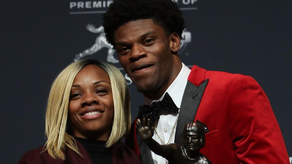 Lamar Jackson et sa mère Felicia Jones posent ensemble