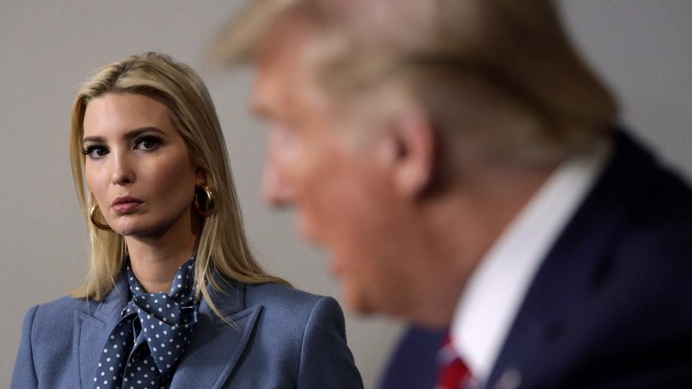 Ivanka Trump regarde Donald Trump s'exprimant