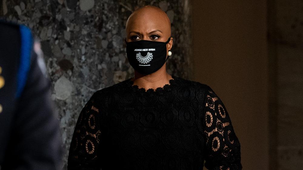 Ayanna Pressley portant un masque facial