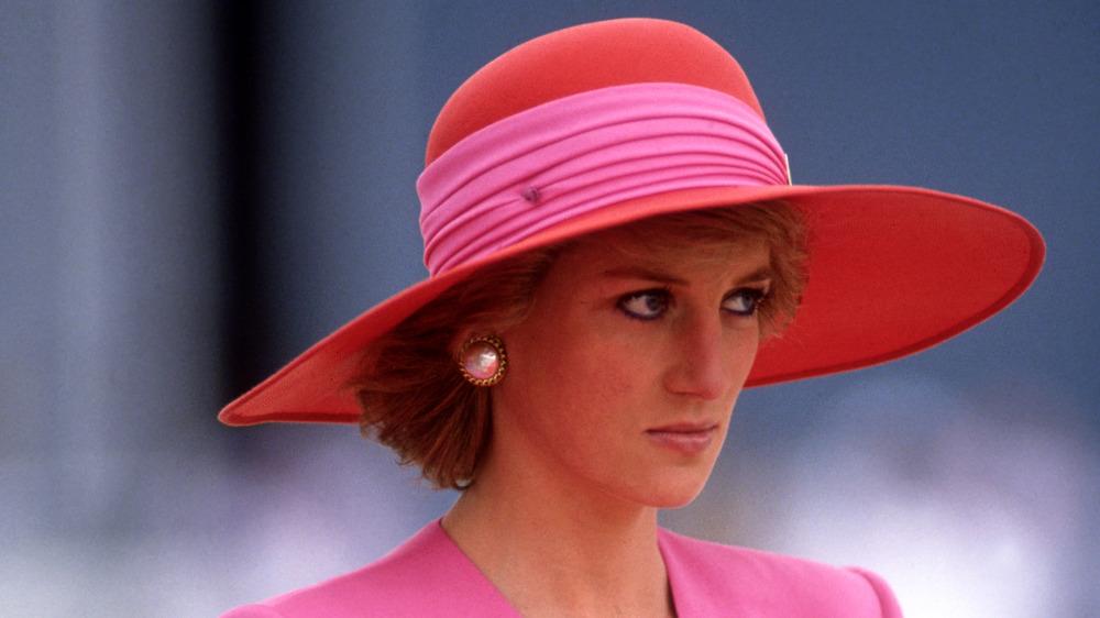 La princesse Diana portant un chapeau à larges bords regardant au loin