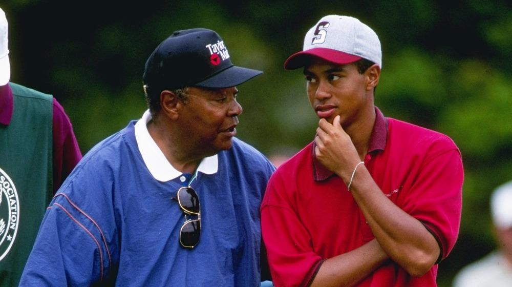 Earl Woods et Tiger Woods parlant sur le terrain de golf