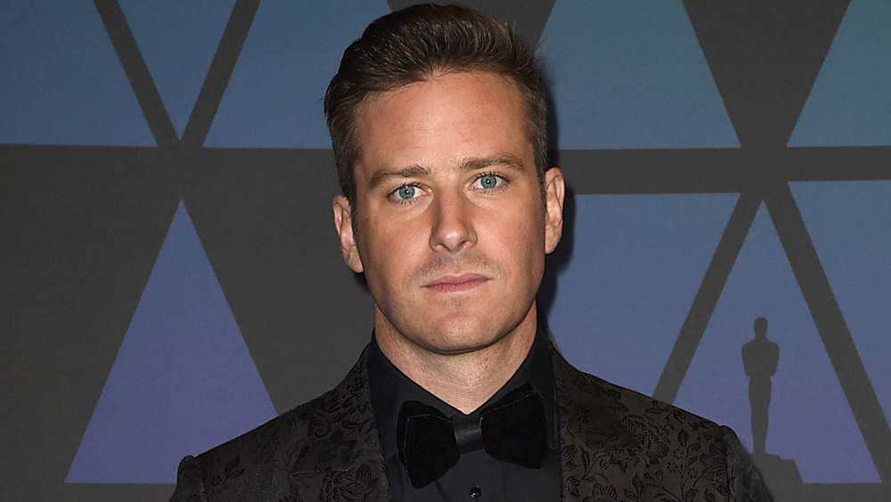 Armie Hammer regardant