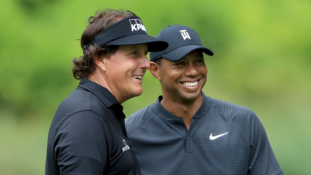 Phil Mickelson et Tiger Woods souriant ensemble
