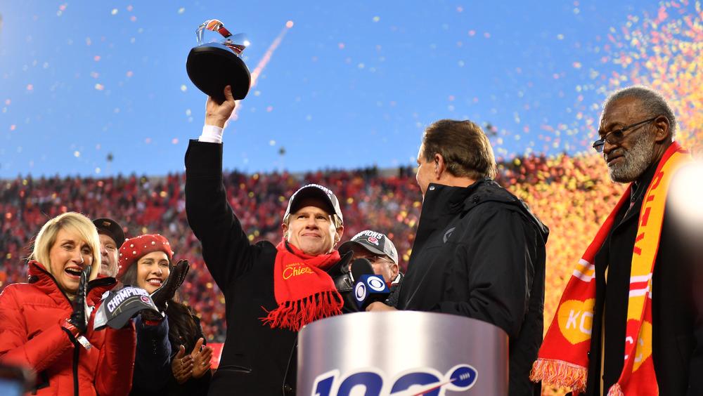 Clark Hunt tenant un trophée au Super Bowl