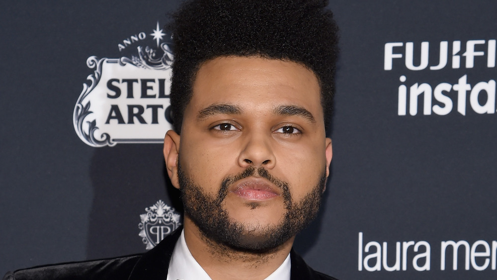 The Weeknd avec une expression suave