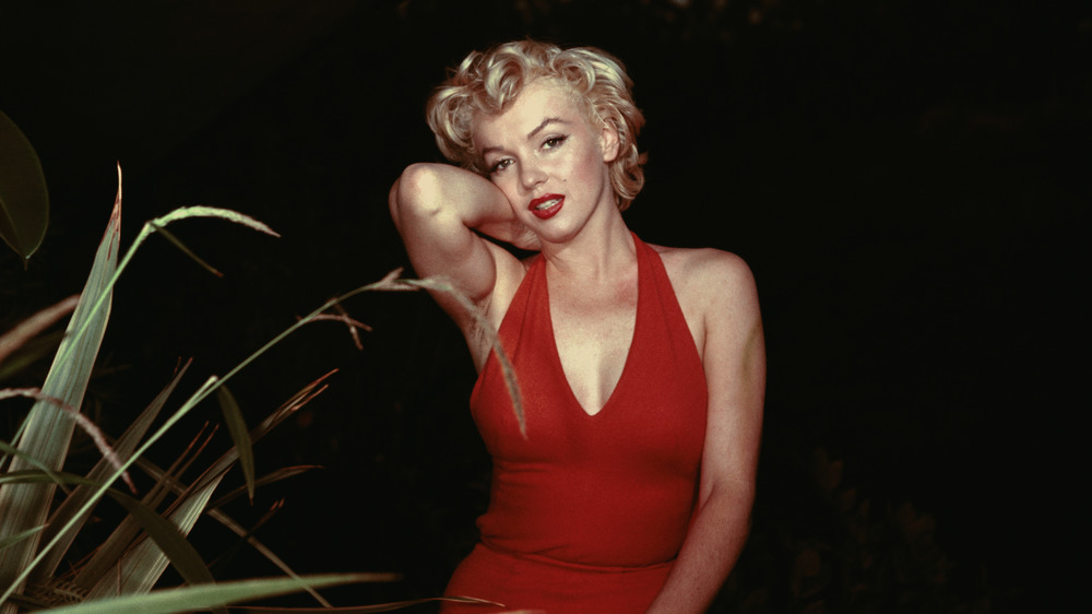 Marilyn Monroe posant dans une combinaison rouge en 1954