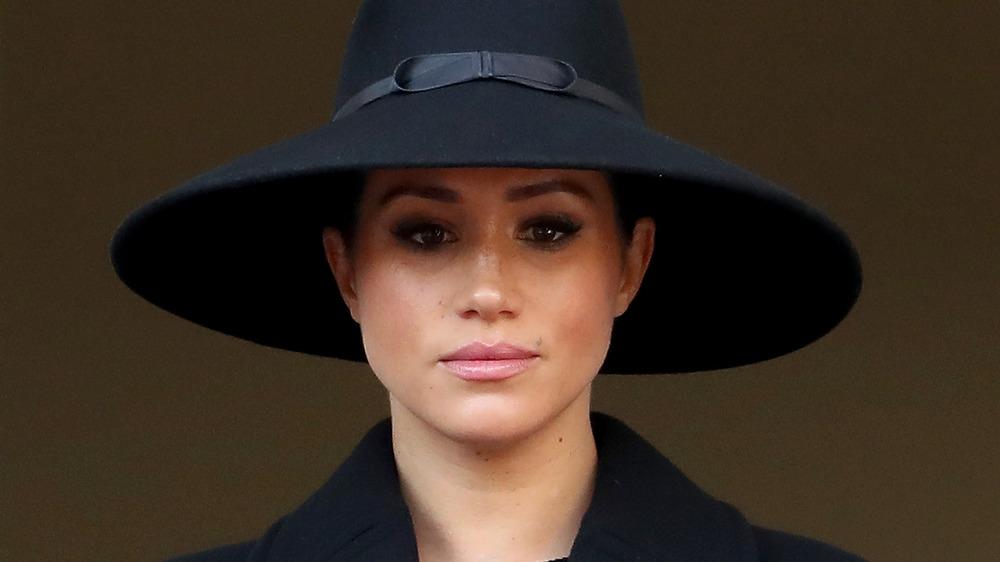 Meghan Markle, la duchesse de Sussex, coiffée d'un chapeau, l'air sérieuse