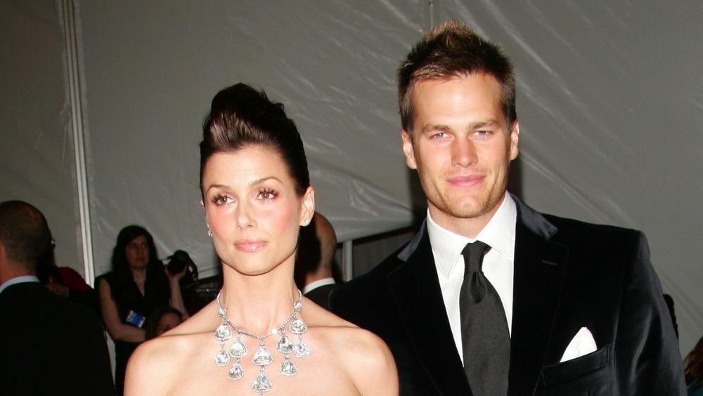 Bridget Moynahan et Tom Brady posant ensemble sur le tapis rouge