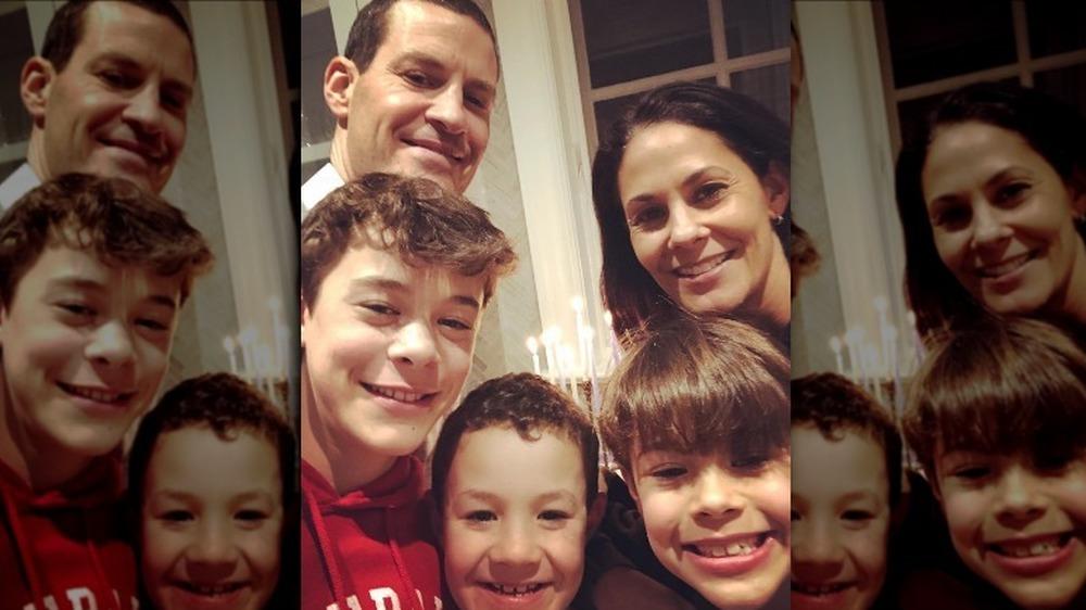 Tracy Wolfson, David Reichel et sa famille posant pour un selfie
