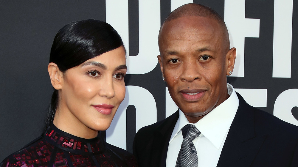 Nicole Young et le Dr Dre posant sur le tapis rouge