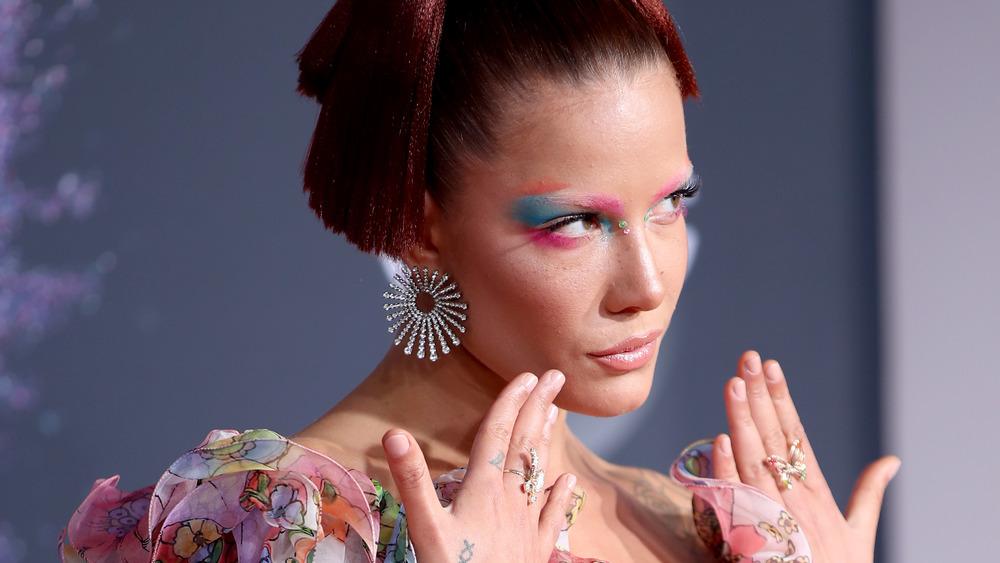 Halsey exhibant son fard à paupières bleu et ses bijoux sur le tapis rouge