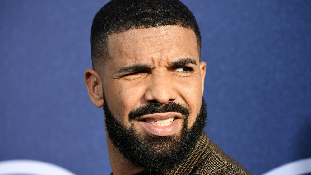 Drake grimaçant