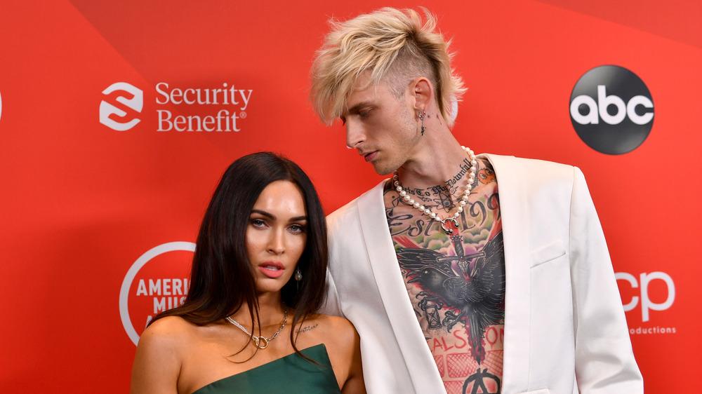 Megan Fox et Machine Gun Kelly posant pour les caméras aux American Music Awards 2020