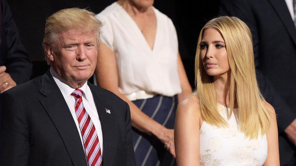 Ivanka Trump regarde Donald Trump lors d'un rassemblement