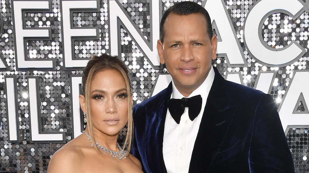 Jennifer Lopez et Alex Rodriguez posant sur le tapis rouge