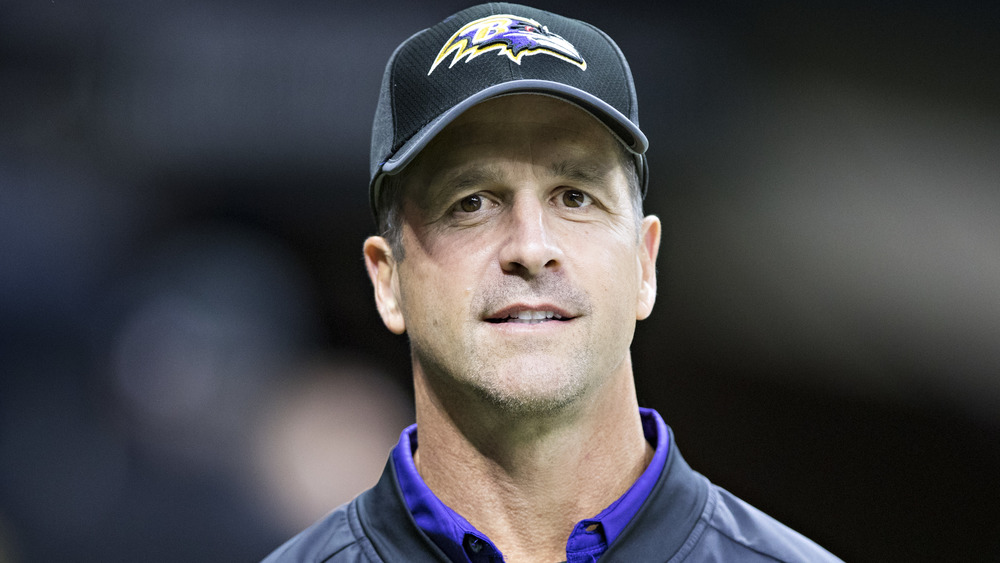 John Harbaugh souriant