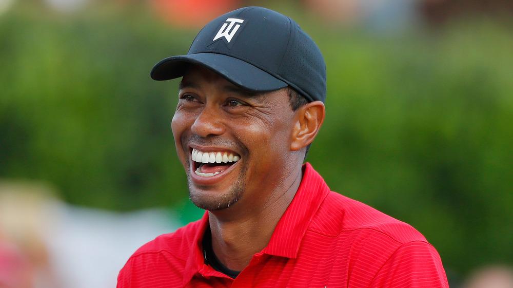 Tiger Woods en casquette de baseball souriant
