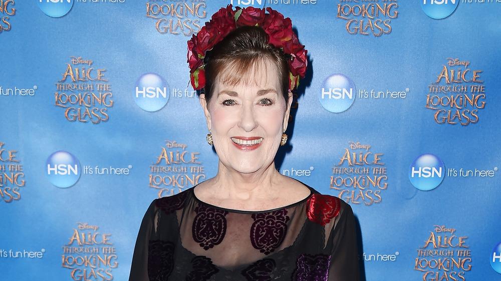 Kerry Vincent avec des fleurs dans ses cheveux sur le tapis rouge
