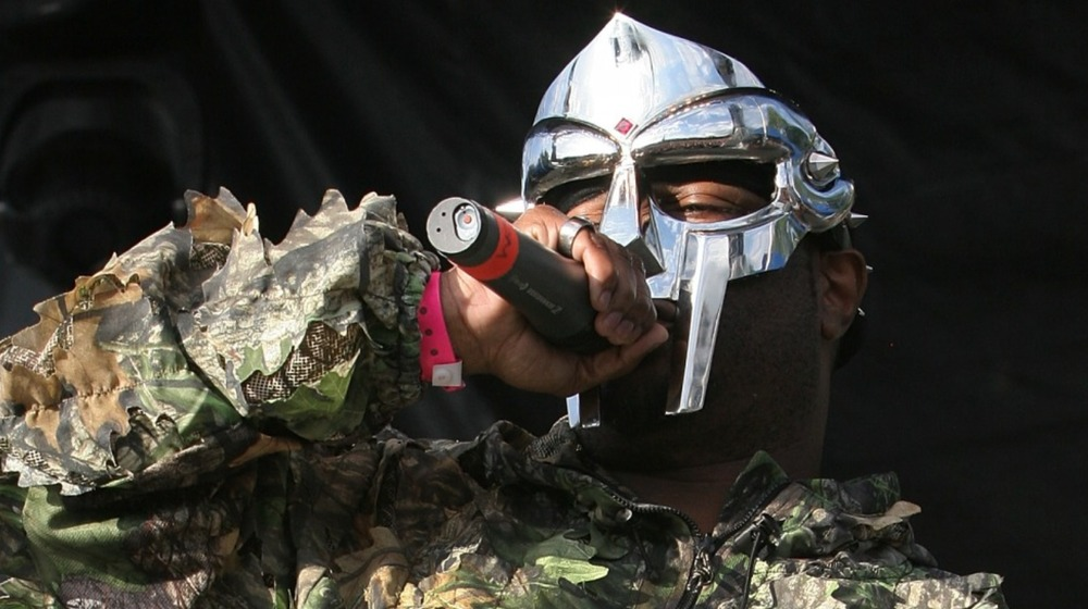 MF Doom jouant