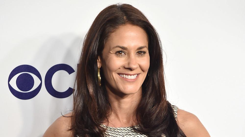 Tracy Wolfson d'ESPN souriante sur le tapis rouge