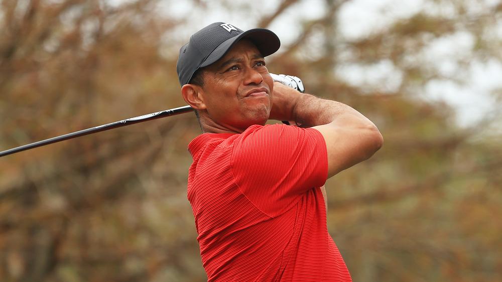 Tiger Woods se balançant sur le terrain de golf