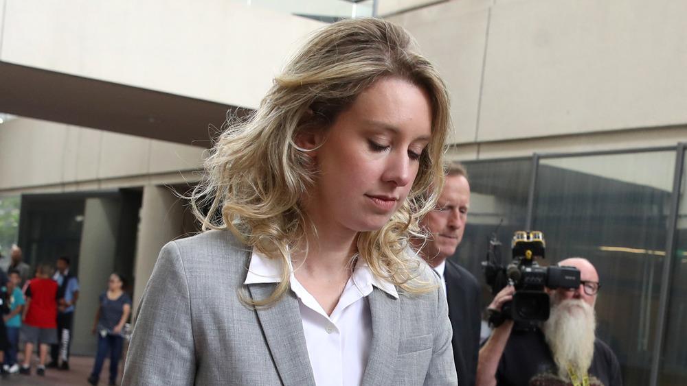 Elizabeth Holmes à l'extérieur du palais de justice