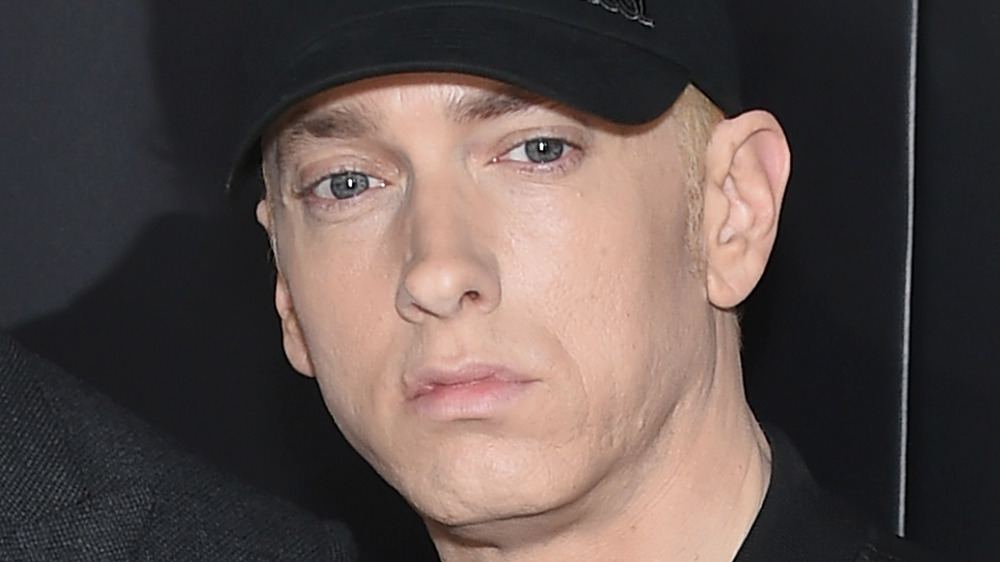 Eminem regarde au loin