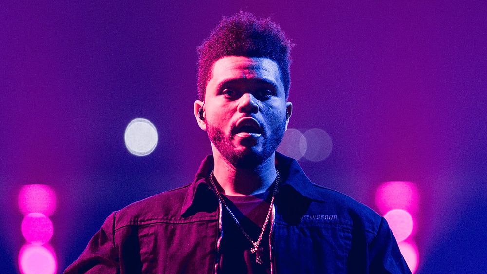The Weeknd dans un éclairage violet