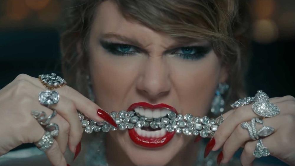 Taylor Swift mordant un bijou en diamant