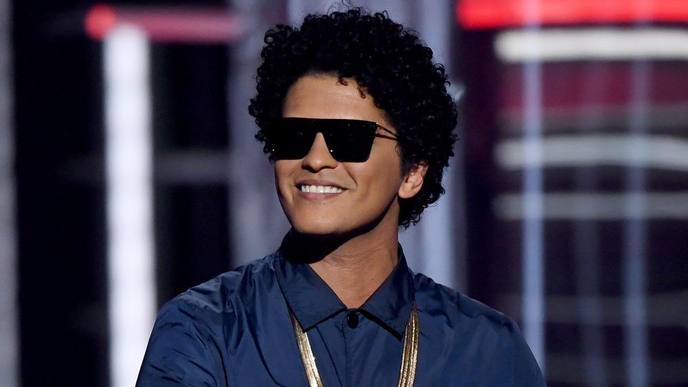 Bruno Mars portant des lunettes de soleil aux Grammys