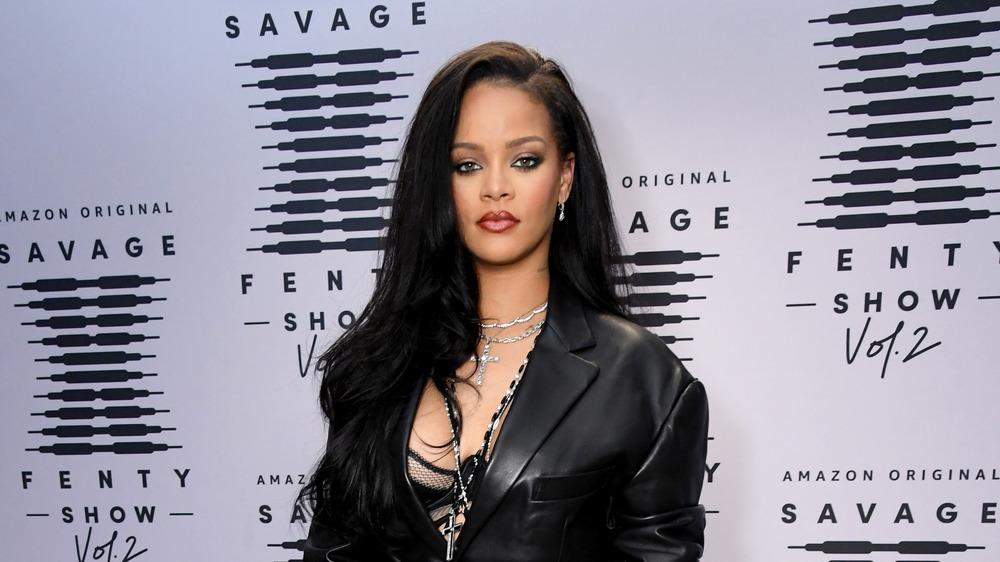 Rihanna pose à son défilé de mode