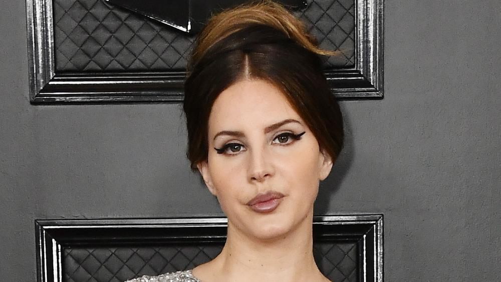Lana Del Rey posant sur le tapis rouge