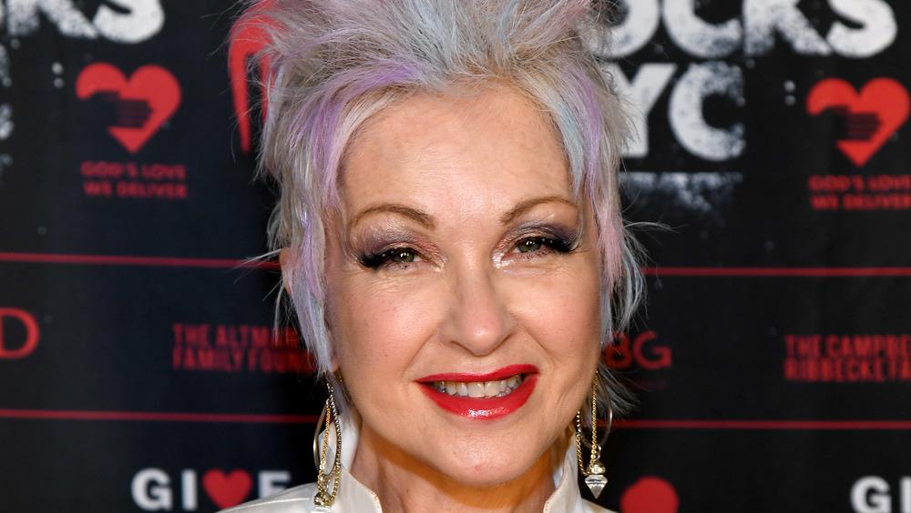 Cyndi Lauper souriant