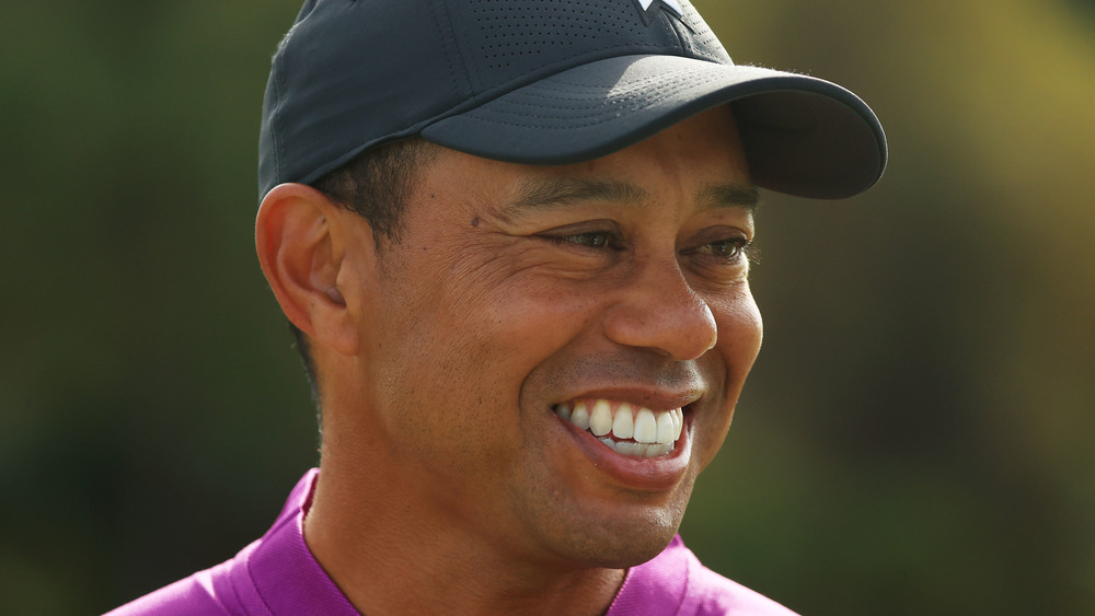 Tiger Woods sourit