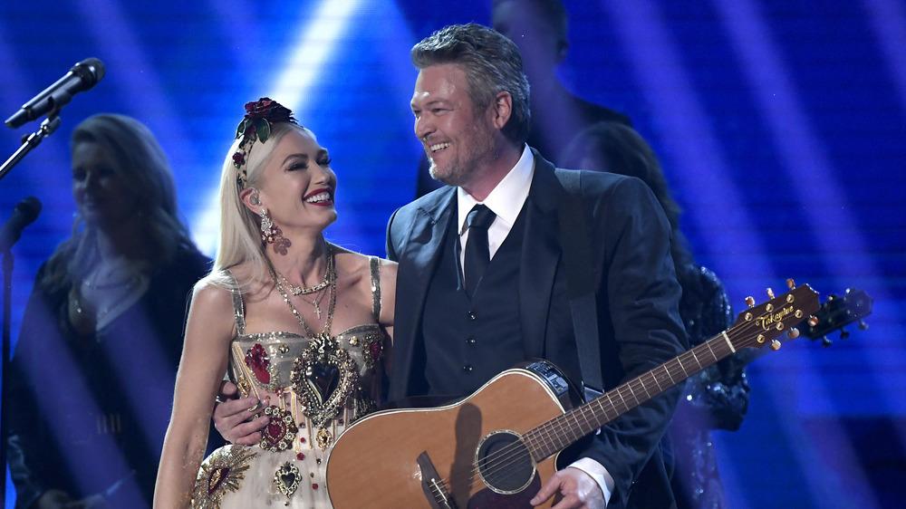 Gwen Stefani et Blake Shelton souriant sur scène