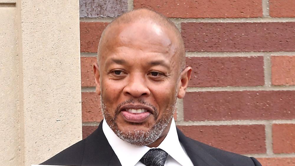 Dr Dre posant
