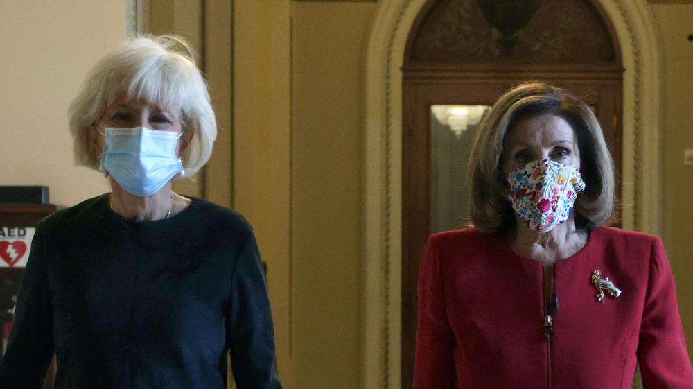 Lesley Stahl et Nancy Pelosi marchent ensemble