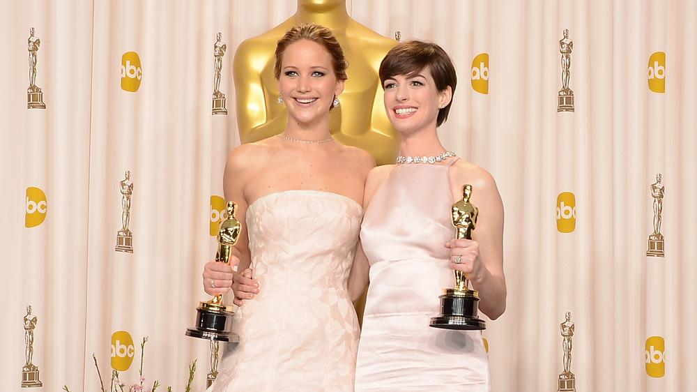 Jennifer Lawrence et Anne Hathaway posent avec leurs récompenses aux Oscars 2013