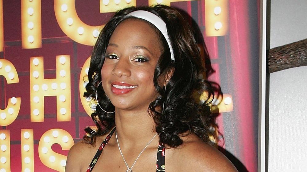 Monique Coleman posant sur le tapis rouge à ses jours de musique au lycée