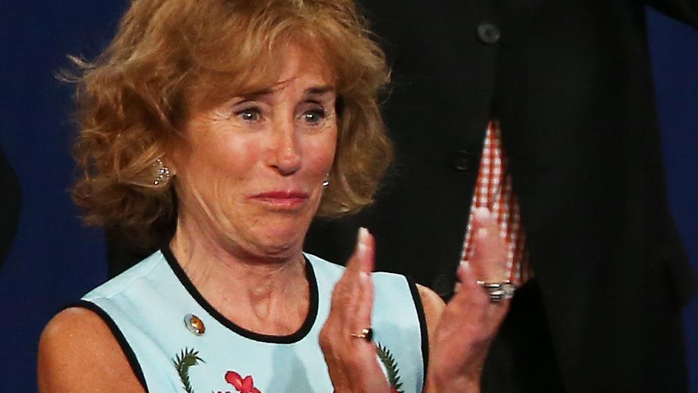 Valerie Biden Owens les larmes aux yeux et applaudissant