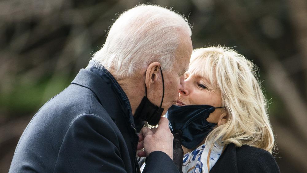 Joe Biden embrasse Jill Biden