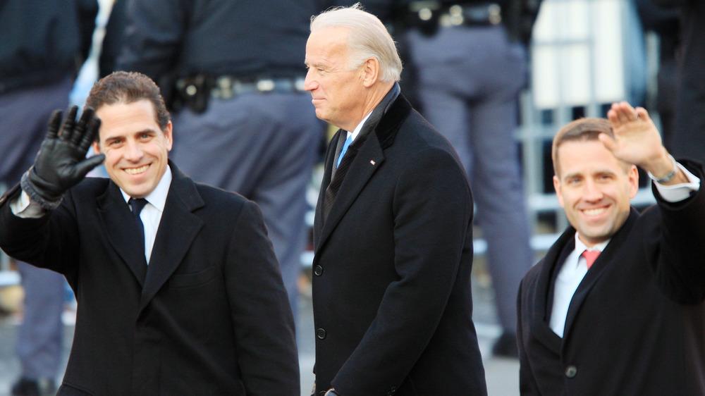 Joe Biden et ses fils Hunter et Beau Biden marchant et agitant