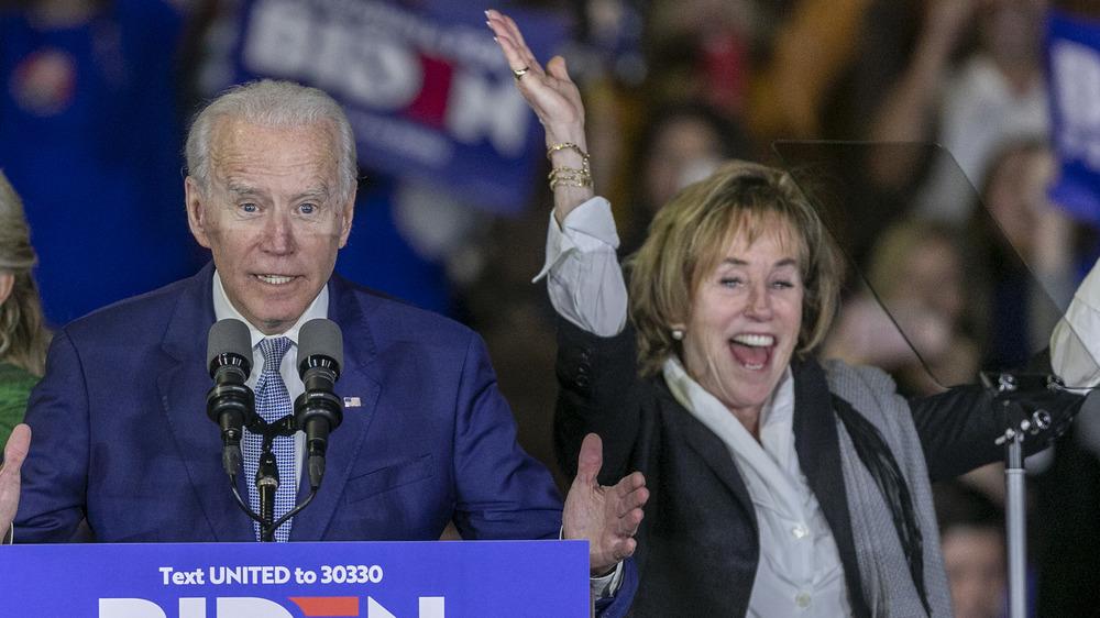 Valerie Biden Owens applaudit sur scène avec Joe Biden